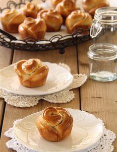 לחמניות דבש בצורת פרח - הצורה של הלחמניות מעולה, במיוחד לאירוח ולשינוי השיגרה.