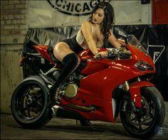 Gran moto roja. Chica hermosa