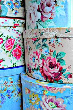 (via Vintage Hatboxes Vintage Hat Boxes, Vintage Flowers, Vintage Floral, French Vintage, Decoupage, Fabric Covered Boxes, Deco Boheme, Pretty Box, Origami