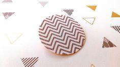 Broche géométrique ronde chevrons, sur toile de lin