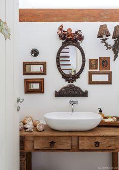 Móvel de madeira de demolição usado como bancada no lavabo dessa casa em Ilhabela.