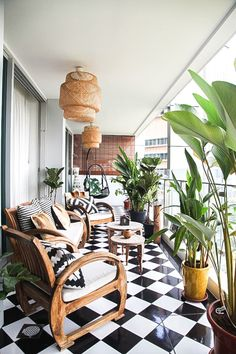 A Stylish & Personal Apartment in Singapore — House Call - Susan Home Singapore House, Singapore Malaysia, Estilo Tropical, Balkon Design, Apartment Balconies, Apartment Balcony Garden, Apartment Plants, Balcony Gardening, Tropical Decor