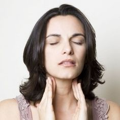 Learn about the best and natural home remedies for strep throat pain that can speed up your recovery process. These remedies will heal your throat fast. Home Remedies For Strep, Strep Throat Remedies, Natural Cures, Natural Healing, Healing Oils, Natural Treatments, Voice Therapy, Throat Problems, Health