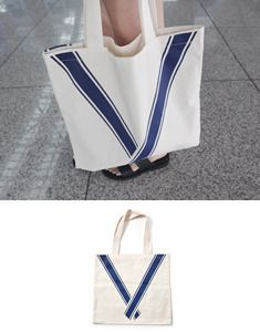 Today's Hot Pick :海军风文艺棉布包 http://fashionstylep.com/SFSELFAA0023243/bagazimuricn/out 文艺包包,今年正流行,你也来一件吧!方形的棉布包,大小刚刚好,可以衬托出女生的娇小,也不会成为负担喔~表面上的线条印花,满满的都是海军风的浪漫气息,你一定会喜欢~ -单肩/手提 -方形 -线条印花 -文艺海军风