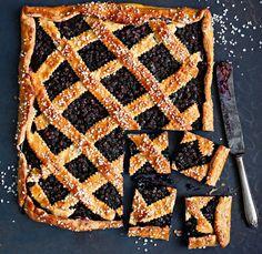 Pullataikinaan leivottu mustikkapiirakka on lapsuuden klassikko.