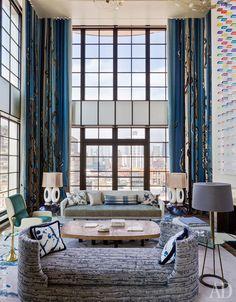 Photo ad_LOFT-NY_05_-copy.jpgФрагмент основной гостиной. Банкетка на переднем плане, а также шелковый ковер с мраморным узором сделаны по дизайну Денио. У окна — винтажный диван, заново обитый тканью Bosfora, Brochier.