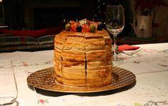 panettone gastronomico 250 gr di farina 00 - 15 gr di lievito di birra - 1 cucchiaio di olio extravergine di oliva - 1 noce di burro - 1 pizzico di zucchero - 120 ml di latte - 1 pizzico di sale - 1 tuorlo Per la farcia:  - 5 uova sode - 1 bicchierino di brandy - 150 gr di gamberetti - 300 gr di salmone affumicato - 100 gr di uova nere di lompo - 10 pomodorini - maionese