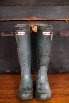 gum boots, wellies, rubber boots - whatever you call them they are invaluable for situations involving rain and water. A Well Traveled Woman, Hunter Rain Boots, Rainboots Hunter, Look Chic, Mode Style, Me Too Shoes, Shoe Boots, Muck Boots, Autumn Fashion