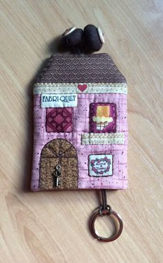 Llavero Quilting Projects, Sewing Projects, Key Pouch, Key Covers, Creation Couture, Fabric Houses, Small Quilts, Key Fobs, Sewing Tutorials