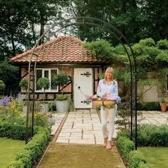 Garden arches look beautiful in gardens of all sizes.