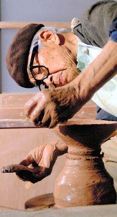 写真:ろくろで茶わんをひく三輪壽雪さん。晩年も創作意欲は衰えなかった=2003年8月、山口県萩市内の仕事場で