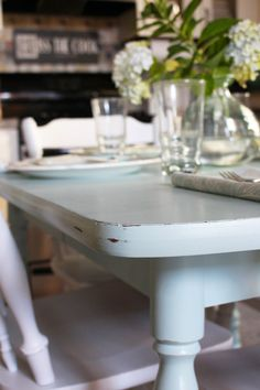 How to paint a laminated kitchen table- Hur man målar ett laminerat köksbord How to paint a laminated kitchen table - Refinishing Kitchen Tables, Painted Kitchen Tables, Kitchen Table Chairs, Dining Room Table, Shabby Chic Cabinet, Shabby Chic Stil, Shabby Chic Kitchen, Shabby Chic Homes, Painted Wood Floors