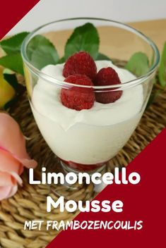 Limoncello-Mousse met Frambozencoulis – Cookies & Carrot Sticks Limoncello-Mousse with raspberry coulis, wonderfully airy and fresh, an adult dessert, perfect to end a summer dinner or bbq. Light Desserts, Desserts For A Crowd, Great Desserts, Best Dessert Recipes, Summer Desserts, Delicious Desserts, Appetizer Recipes, Citrus Recipes, Fall Recipes