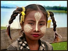 A girl from Burma - Myanmar . The paint is drawn by Thanaka-Paste. This Paste made of bark of a special tree in her faces, it's their make-up style Laos, Yangon, Lac Inle, Amarapura, Tribal Makeup, Rockabilly Art, Burmese Girls, Vietnam Voyage, Burma Myanmar