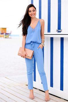 10 Produções elegantes com macacão. Macacão azul claro soltinho, bolsa nude, sandália de duras tiras nude