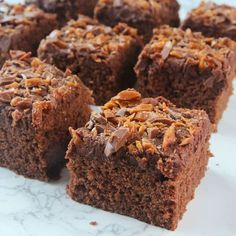 This Vegan Texas Sheet Cake is everything you want in a chocolate cake. Imagine tender, moist chocolate cake topped with pecan-infused chocolate frosting. Caramel Brownies, Peanut Butter Brownies, Marshmallow Brownies, Chocolate Brownies, Coffee Brownies, Bean Brownies, Coconut Pecan Icing Recipe, Brownies Rocky Road, Desert Recipes