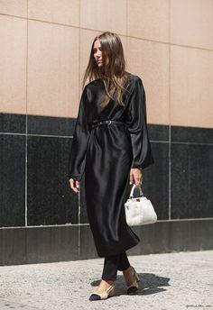 Суть тренда в том, что юбка/платье и брюки надеваются одновременно. Т.е. Dress Over Pants , как называют этот тренд англоязычные модные издания. Они же отмечают, что это…