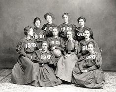 Женская баскетбольная команда, 1900 г. Да, они играли в платьях с длинными рукавами и надевали корсеты.