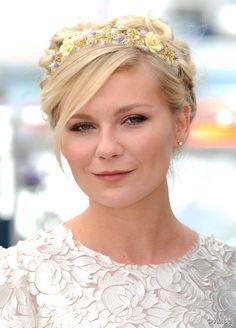 L'actrice joue la carte du headband romantique.