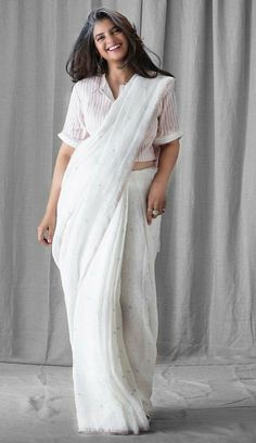 ⚘ Sari Blouse Designs, Designer Blouse Patterns, Saree Styles, Blouse Styles, Indian Attire, Indian Outfits, Saree Dress, White Saree Blouse, Modern Saree