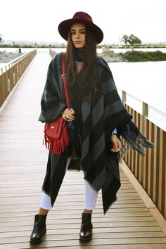 How to wear a poncho, Warm looks, Warm outfits,winter ootds, winter looks,red fringed bags, ootd, blogger, streetstyle