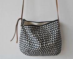 purse! Triangle Bag, Triangle Pattern, Triangle Drawing, Triangle Print, I Love Sleep, Diy Sac, Clutch, Handmade Bags, Fashion Bags