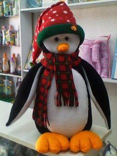 Pingüino Navideño, paso a paso Vídeo y moldes All Things Christmas, Christmas Crafts, Xmas, Christmas Ornaments, Diy Snowman Decorations, Christmas Decorations, Holiday Decor, Heart Crafts, Felt Dolls