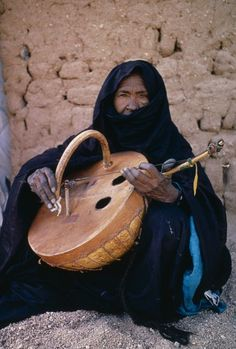 Niger, Tribal Music, Tuareg Woman Playing An Imzad.  Traditional Instrument Consisting Of A Goatskin Covered Gourd Or Wooden Resonator Played With A Curved Bow And Horsehair String. : Stock Photo