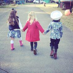 La amistad es el espejo de nuestra alma. Feliz tarde de amigos. Moda Humanista #BambiniAllaModa #AltaModaInfantil #ModaInfantil