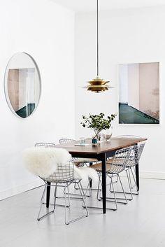 Grote ronde spiegel, stoelen met nep dierenvel erop