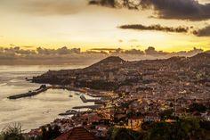 Nein, Funchal ist keine «Perle». Die Inselhauptstadt Madeiras wirkt aus der Ferne in etwa so, als hätte man die Senke zwischen der Küste und dem hügeligen Hinterland mit weissen Häuschen