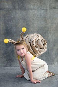 quer fazer, você mesmo, uma fantasia barata e fresquinha pra meninas, meninos, homens e mulheres? ENTÃO ARREGASSE AS MANGAS E MÃOS À OBRA! instruções e fonte: http://ohhappyday.com/2012/10/snail-costume/#more-15637