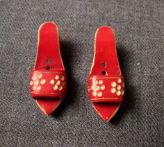 2 VINTAGE 30'S CARVED FLOWERS & LEAVES SANDALS SHAPED RED GALALITH BUTTONS