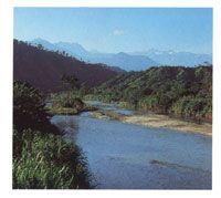 El río Palomino antes de verter sus aguas en el mar. Al fondo, los picos nevados Colón, Simons y Bolivar.