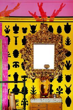 A mano - AD España, © Asier Rua  En el estudio de... La Eriza El papel de pared, diseñado por Dean Claydon, está pintado a mano. Un mix extravagante con muebles de toda clase.