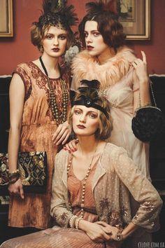robe années 20, trois demoiselles en robes couler pêche habillées comme dans l'ère du jazz
