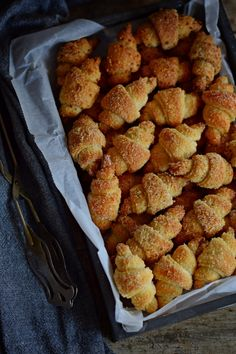 kókuszba, dióba, ami egyszere bele, közé és rásül a kiflikre! No Salt Recipes, Sweet Recipes, Cooking Recipes, Good Food, Yummy Food, Sweet Pastries, Food Photo, Biscuits, Food To Make