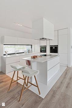 Schöner Kontrast: Breite Landhausdielen harmonieren mit der modernen Küche ganz in weiß.