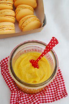 Recette du macaron mangue passion réalisée avec un curd à base de pulpe de mangue et de fruit de la passion qui contraste le sucré du macaron.