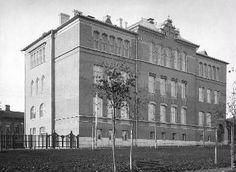 Tampereen Suomalainen Tyttökoulu, etualalla Hämeenpuistoa 1900-luvun alussa