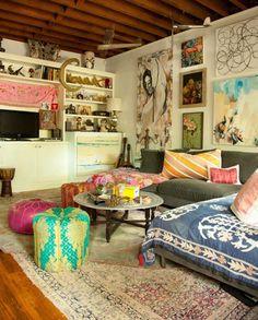 Desorden ordenado en este interior bohemio. Algunas veces las habitaciones atestadas de objetos tienen su sentido porque hacen de la decoración una colección de tesoros personales que reflejan el estado emocional de quienes las habitan. http://www.originalhouse.info/