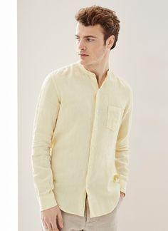 Camisa de cuello mao en lino delavé de color amarillo empolvado. Regular Fit, manga larga y bolsillo en el pecho con logo bordado.