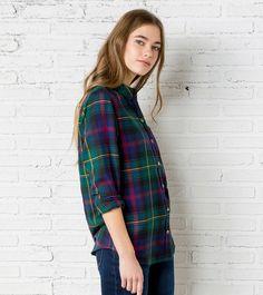 Camisa de manga larga, con un bolsillo a la altura del pecho y estampada con cuadros en varios tonos .