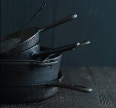 Prep School: Make a Non-Stick Pan — Old School - Coating a Cast Iron Pan . Cast Iron Pot, Cast Iron Skillet, Cast Iron Cooking, Cast Iron Cookware, It Cast, Food Styling, Kitsch, Gris Taupe, Photo Food