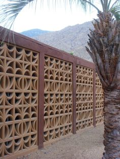 Mid century modern screen wall in Palm Springs. Only one type of screen block was used (a cut-off number 6 screen block); by rearranging the screen block May 2011 Screen Design, Fence Design, Brick Design, Breeze Block Wall, Concrete Blocks, Concrete Fence, Modern Landscaping, Mid Century House, Patio