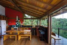 janelas e portas de vidro  permitindo passagem de luz, teto de madeira (porta home-varanda)