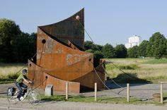 """#Kiel Kann man aus einem abgewrackten Kohlefrachter Kunst machen? Der Schweizer Künstler Felix Fehlmann kann! Passend zur Hafenstadt Kiel entstand im Jahr 1977 ein vielschichtiges Werk mit dem Namen """"Haf..."""