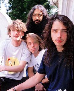 Os Soundgarden são uma das bandas mais influentes da cena grunge e que nós adoramos relembrar no @mundodemusicas  #soundgarden #chriscornell #mattcameron #kimthayil #grunge #seattle #rock #music #rocknroll #90s #unitedstates #cornell via @grungeinrio