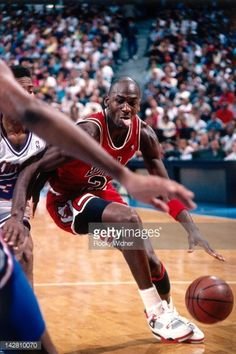Fotografia de notícias : Michael Jordan of the Chicago Bulls dribbles...