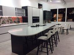 Cada Cocina tiene su propia Encimera Kitchen, Table, Furniture, Home Decor, Kitchen Bars, Decorating Kitchen, Kitchens, Polished Concrete Countertops, Cooking